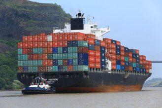 Panama, Canal de Panama, bateau rentrant dans les ecluses de Pedro Miguel (cote ocean Pacifique)