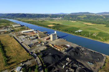 France, Isere (38), Salaise sur Sanne, Site industriel et portuaire de Salaize Sablons, Le Rhone (vue aerienne)