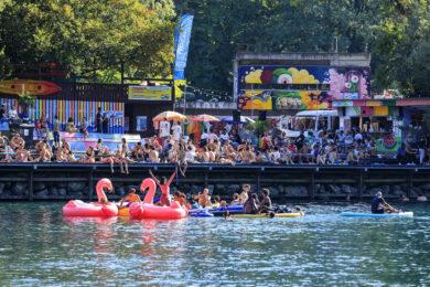 Suisse, canton de Geneve, Geneve, cafes et restaurants sur le sentier des Saules, fleuve Le Rhone, baignade
